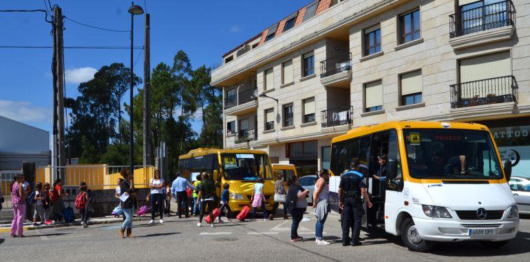 La Policía Local impedía que el autobús saliese con más pasajeros de los permitidos el miércoles.