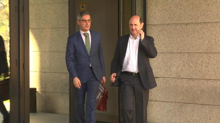 Rafael Louzán (derecha) saliendo de los juzgados de Vigo.