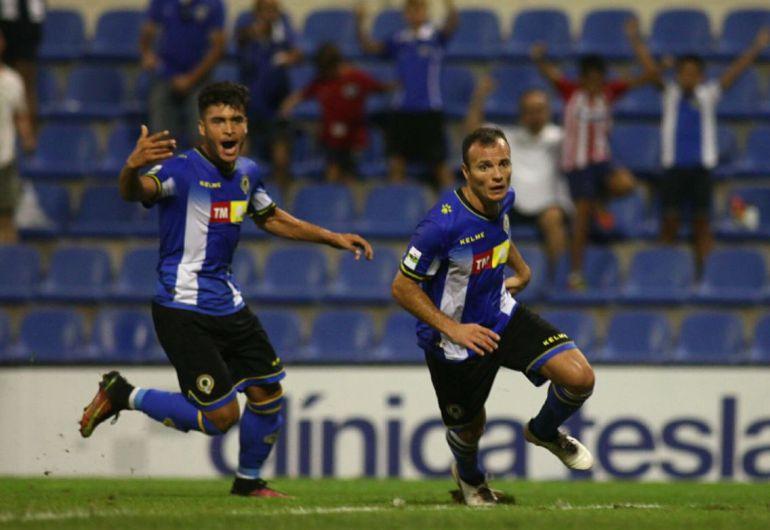 Juli y Moha celebran un gol en el Rico Pérez