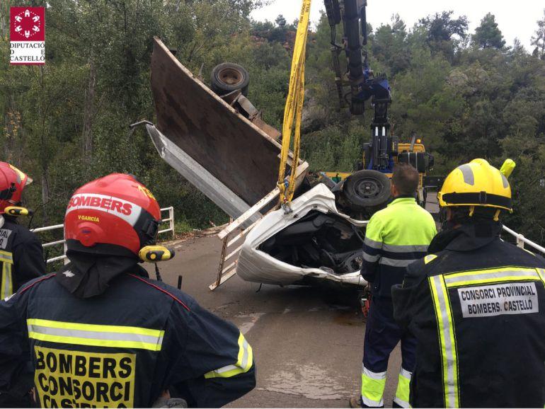 Un hombre fallece tras caer al río el camión que conducía