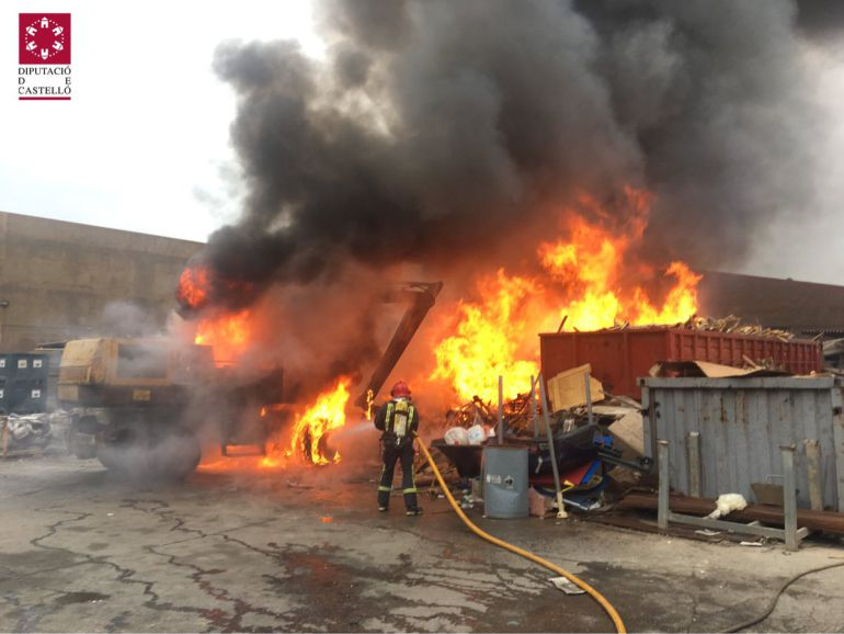 Los bomberos trabajan en la extinción de un incendio en Almassora