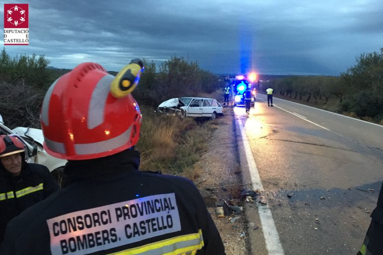 Efectivos del Consorcio Provincial de Bomberos actúan en el accidente de tráfico de Benlloch