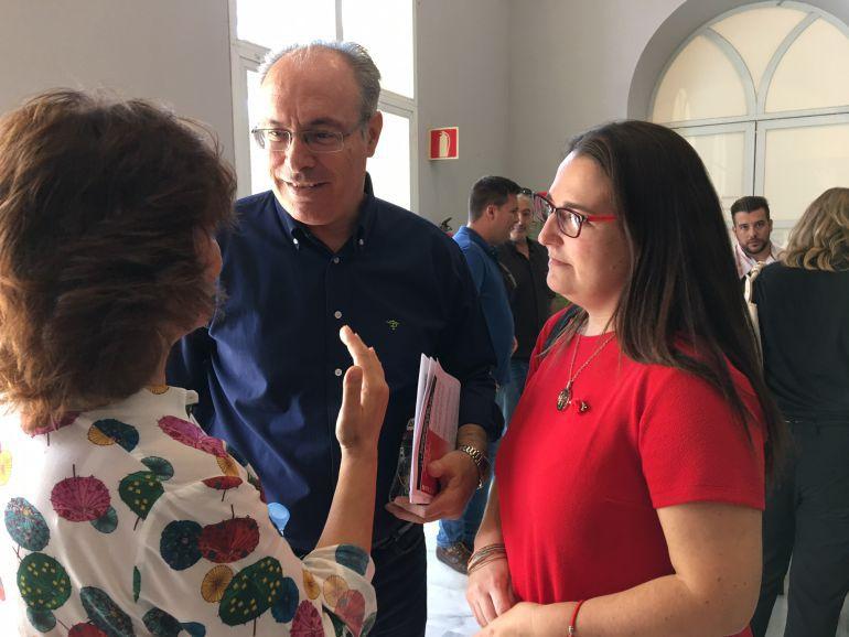 Juan Pablo Durán, junto a Teba Roldán y Carmen Calvo, de espaldas
