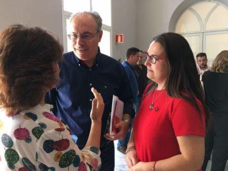 Teba Roldán, junto a Juan Pablo Durán y Carmen Calvo