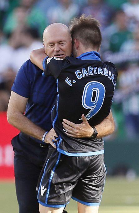 El centrocampista del Deportivo Fede Cartabia celebra con su entrenador, Pepe Mel, su gol ante el Real Betis