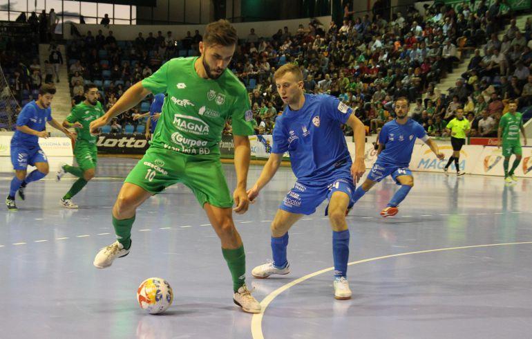 Roberto Martil controla el balón ante Santi Valladares en el partido celebrado en Anaitasuna