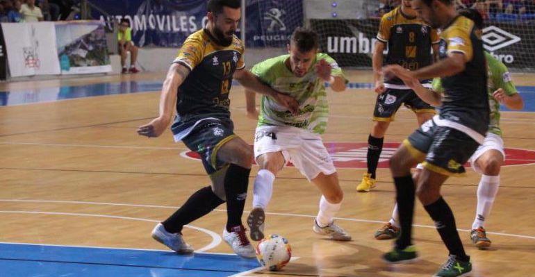 Los jugadores del Jaén Paraíso Interior y del Palma Futsal se disputan un balón durante el partido.