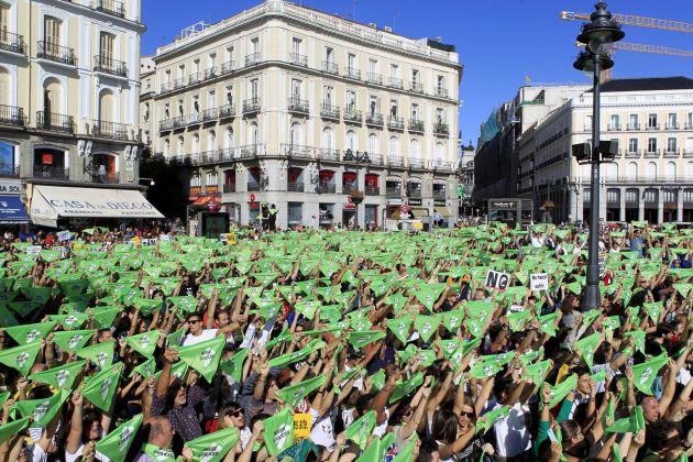 Los manifestantes alzaron las pañoletas verdes contra la tauromaquia.