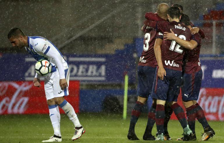 Paulo Oliveira y otros compañeros abrazan a Gávez tras marcar el gol de la victoria contra el Leganés