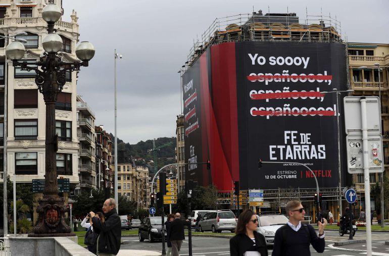 """Un cartel anuncia la película """"Fe de Etarras"""", del realizador donostiarra Borja Cobeaga, en la fachada de un edificio del barrio de Gros de San Sebastián."""
