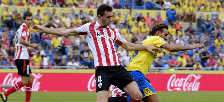 El lateral de Las Palmas Dani Castellano (d) trata de escapar del francés Aymeric Laporte, del Athletic de Bilbao, durante el partido de la cuarta jornada de Liga en Primera División disputado esta tarde en el estadio Gran Canaria, en Las Palmas