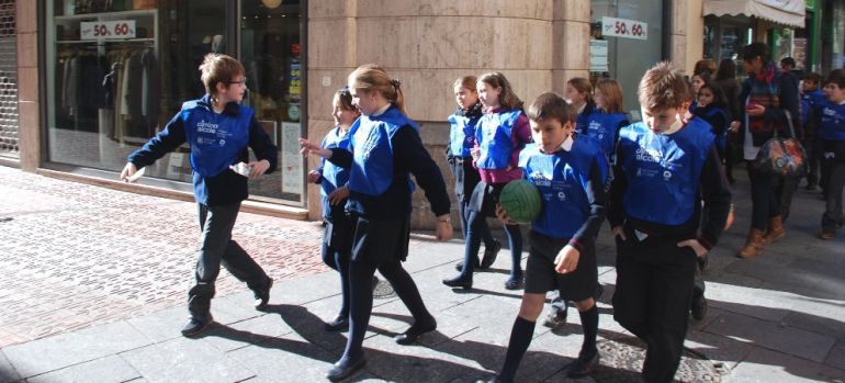 Escolares camino del colegio