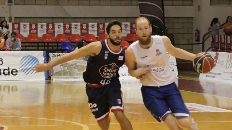 Pepe Pozas intenta frenar a Tomas Schreiner en la final del Torneo EncestaRías