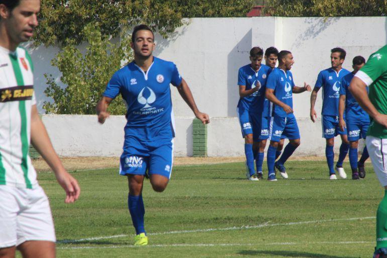 Carlos Cuenca celebrando el primer gol de los azulinos