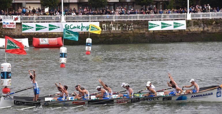 La Donostiarra celebra en el agua su ascenso a la Liga Euskolabel