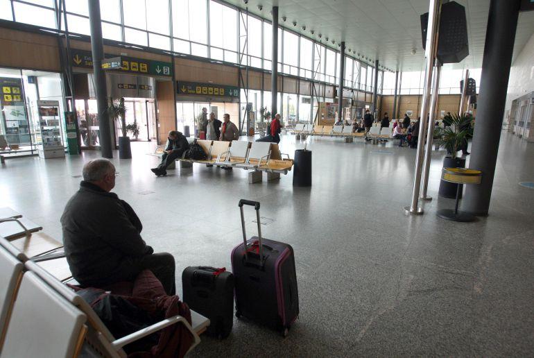 Pasajeros en el aeropuerto de Villanubla (Valladolid)