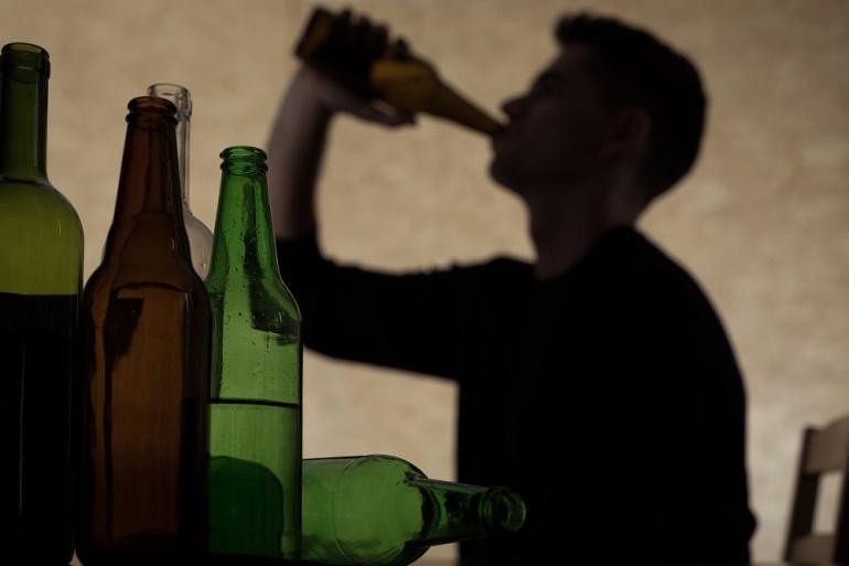 El consumo de alcohol entre algunos menores comienza a los doce años