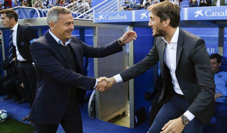 Luis Zubeldía saluda al entrenador del Villarreal en la previa de su último partido en el Alavés.