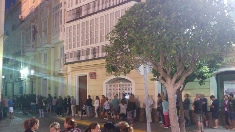 Decenas de personas vuelven a hacer cola ante la sede de Asuntos Sociales en la calle Zaragoza
