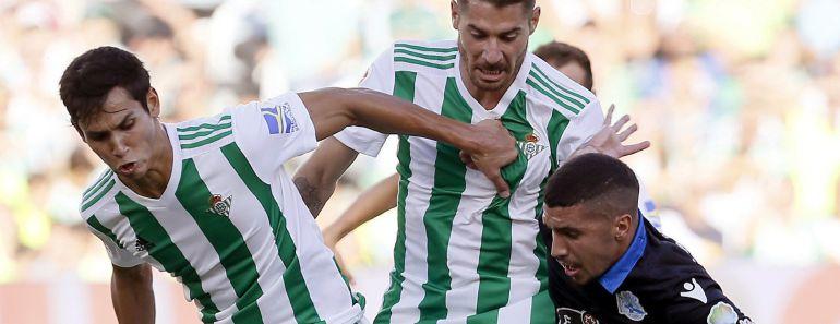 El defensa francés del Real Betis Aissa Mandi pelea un balón con el belga Zakaria Bakkali