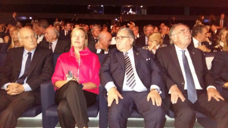 A la izquierda, la consejera de Economía, Marta Gastón, en el centro, el presidente de la Cámara de Comercio, Manuel Teruel y, a la derecha, el homenajeado, Amado Franco