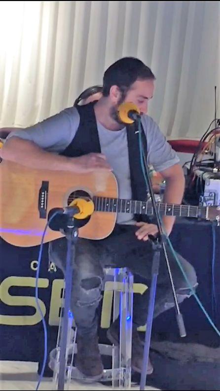 Pablo Valdés interpretando uno de los temas de su nuevo disco 'Canciones Salvavidas'