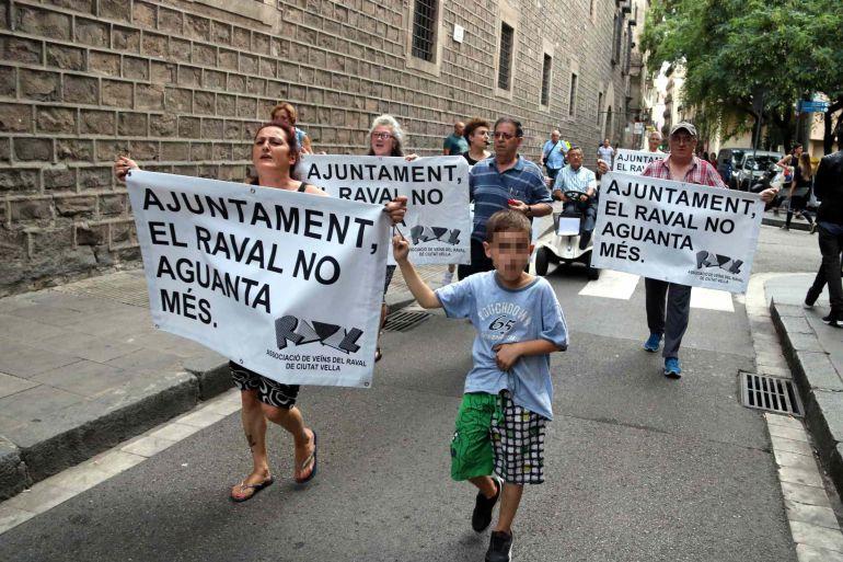 L'Ajuntament de Barcelona insta el govern a fer un pla de xoc social al Raval i un cens de finques ocupades a la ciutat