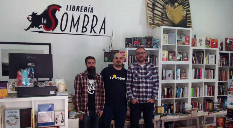Jorge, Jonathan y Alberto, en la librería.
