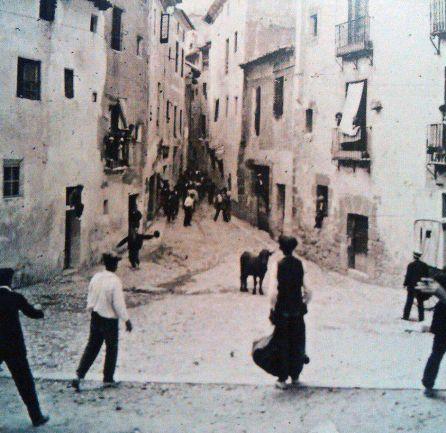 """Vaquillas en Cuenca en 1930. Foto publicada originalmente en el libro """"Fotografía estereoscópica de Cuenca (1858-1936)""""."""