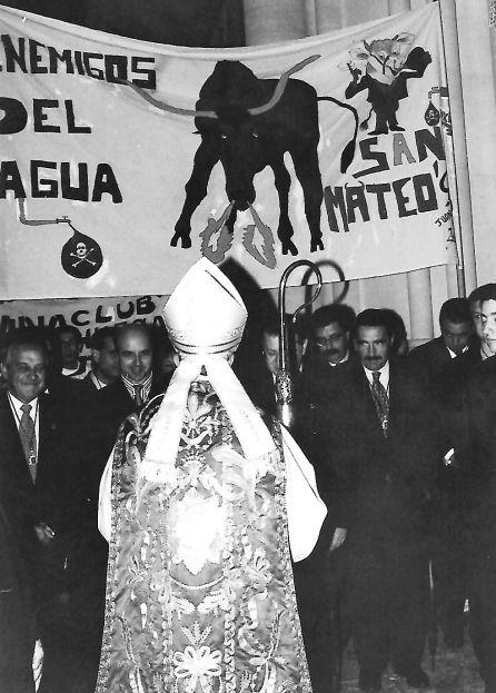El obispo Ramón del Hoyo (de espaldas) recibe a las peñas en la catedral en 1996.