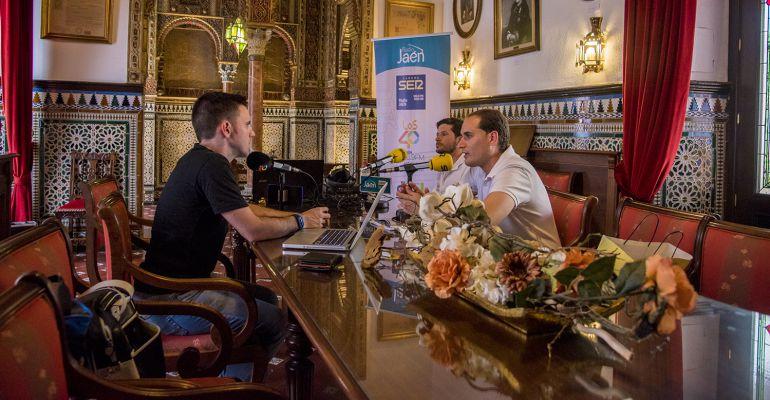 César García (izquierda) entrevista a Juan Latorre, alcalde de Arjona (primero a la derecha) y a Antonio Salas, guía turístico y director del museo local.