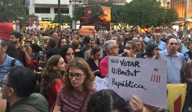 Centenares de valencianos piden independencia ante la Delegación del Gobierno