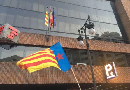 Senyera Estelada ondeando en la concentración independentista ante la sede de la Delegación del Gobierno en Valencia