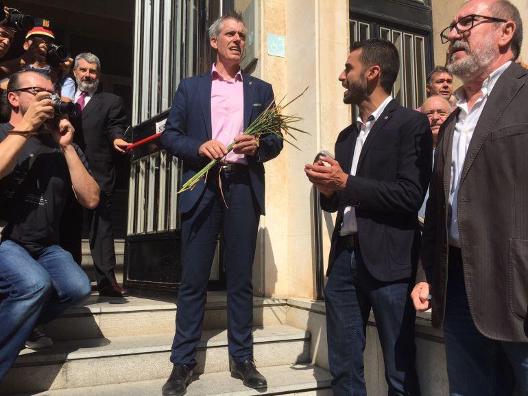 L'alcalde d'Amposta,Adam Tomàs, abans d'entrar al Palau de Justícia de Tarragona adreçant unes paraules a la gent que l'ha acompanyat.