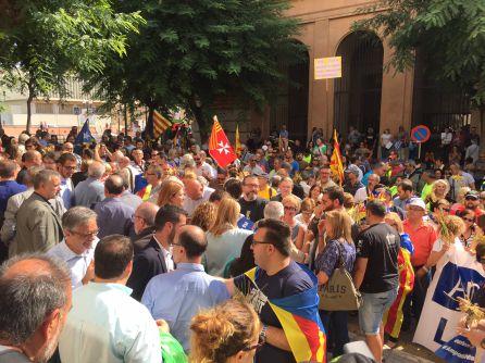 Desenes de persones s'han concentrat durant tot el matí davant el Palau de Justícia de Tarragona.