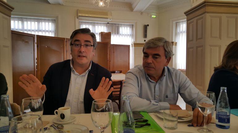 El secretario general del PP gijonés, Pablo González, junto al presidente Mariano Marín, a la derecha.