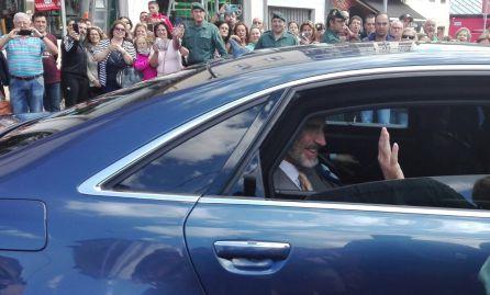 El Rey desde el vehículo oficial