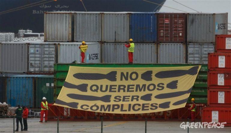 Greenpeace protesta contra la exportación de armas desde el puerto de Bilbao