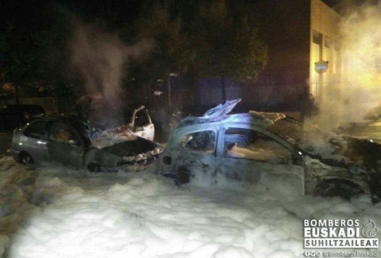 Detienen al joven pirómano que quemó varios coches en Vitoria en la madrugada del jueves