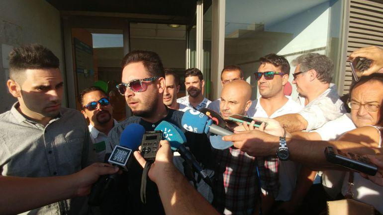 Rubén, uno de los acusados por los destrozos en el puente, atiende a los medios a la puerta del juzgado