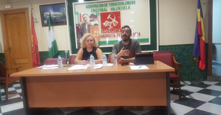 Francisco Damas, a la derecha, en una rueda de prensa en Torredonjimeno, asamblea a la que pertenece.