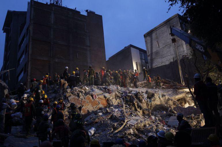 Equipos de rescate trabajan entre los escombros de los edificios colapsados en Ciudad de México (México) tras un sismo de magnitud 7,1 en la escala de Richter, que sacudió la capital mexicana el martes 19 de septiembre