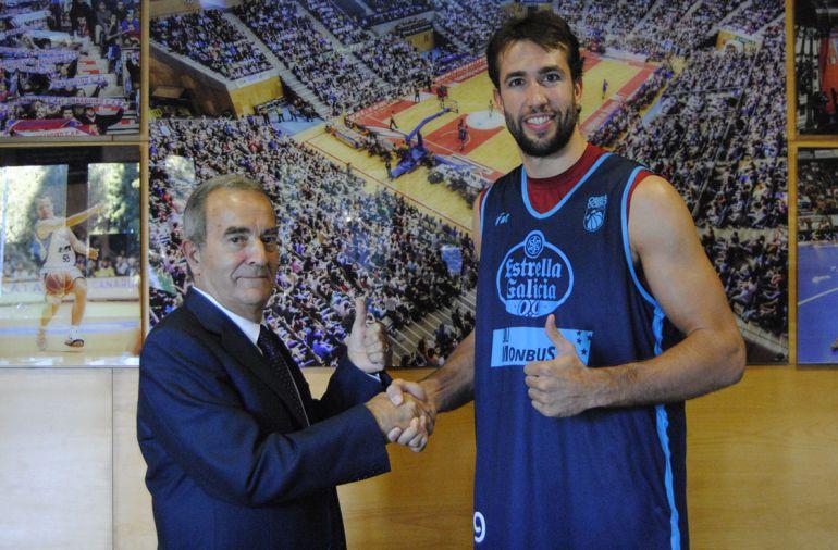 El presidente Raúl López y Nacho Llovet escenifican el acuerdo de renovación del jugador catalán