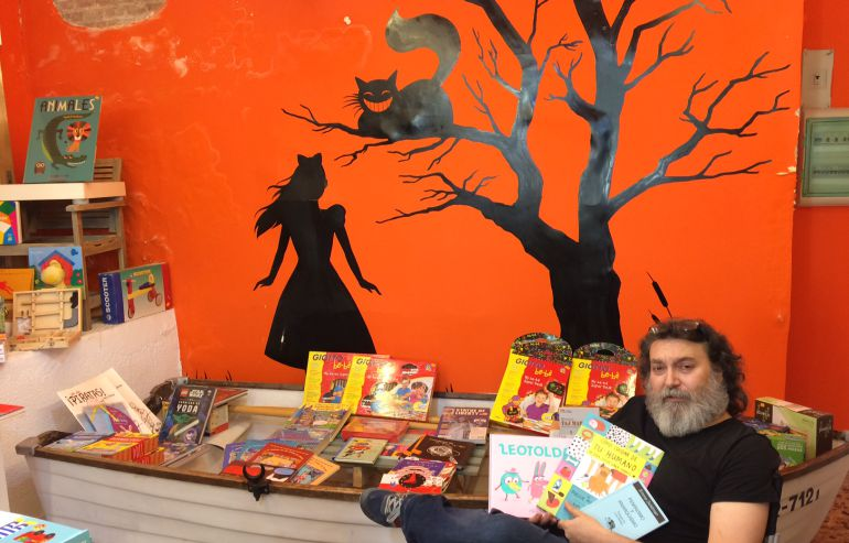 Enrique García Ballesteros, librero y editor, junto a la barca de su librería 'Venir a cuento'.
