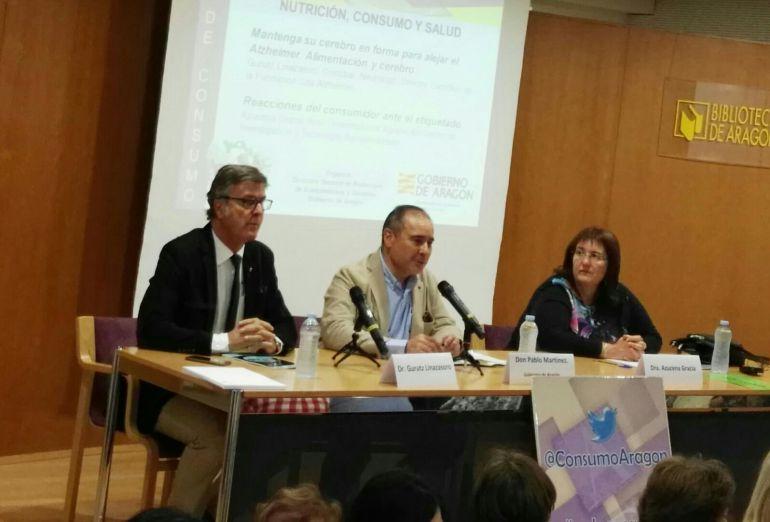Foto de la conferencia de Gurutz Linazasoro (a la izquierda), junto al Director de Consumo Pablo Martínez (centro), y la investigadora Azucena Gracia