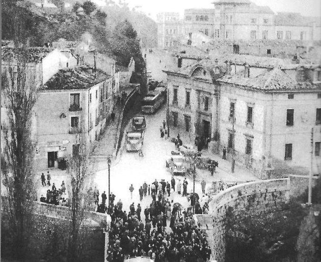 Vista del cruce de la calle Colón con el puente de San Antón, con la Casa de la Beneficencia a la derecha.