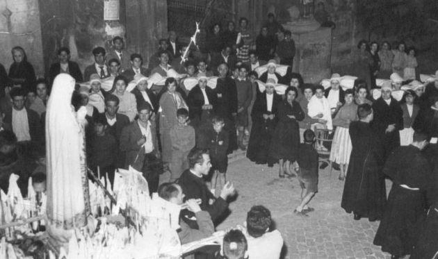 La Virgen de Fátima, en procesión, pasa por la puerta de la Beneficencia en 1958.