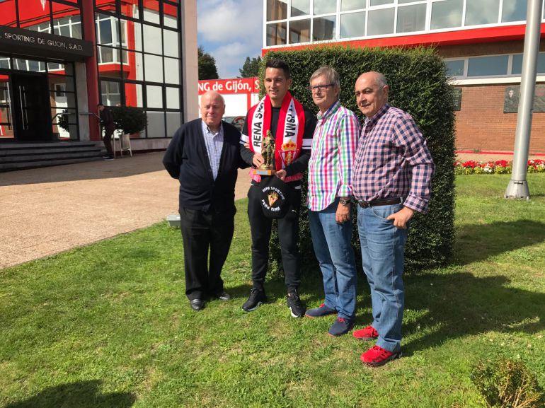 Isma López recibió el trofeo 'Pelayo' de la peña sportinguista Isma.