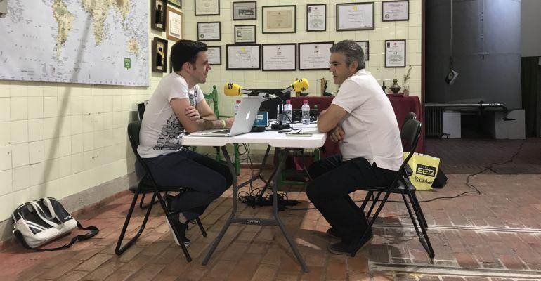 El gerente de Oleícola San Francisco, José Antonio Jiménez (derecha), durante la entrevista.
