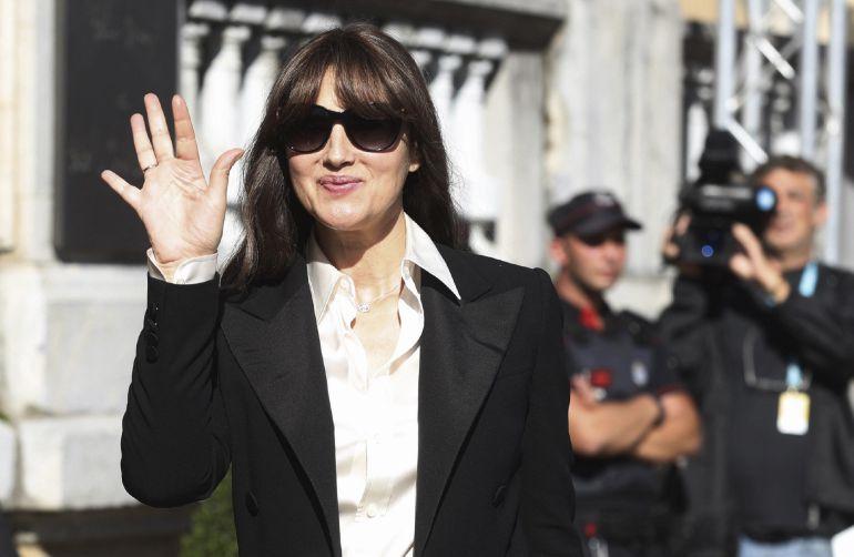 La actriz Monica Bellucci, saluda a su llegada a San Sebastián donde esta noche recibe el tercer y último premio Donostia de la 65 edición del Festival de Cine de San Sebastián.